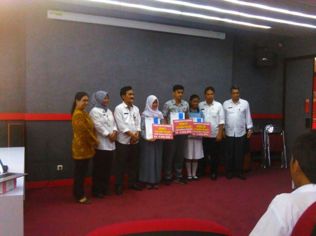 Siswa SMA N 1 Semarang sebagai pemenang lomba Krenova Kota Semarang Tahun 2016