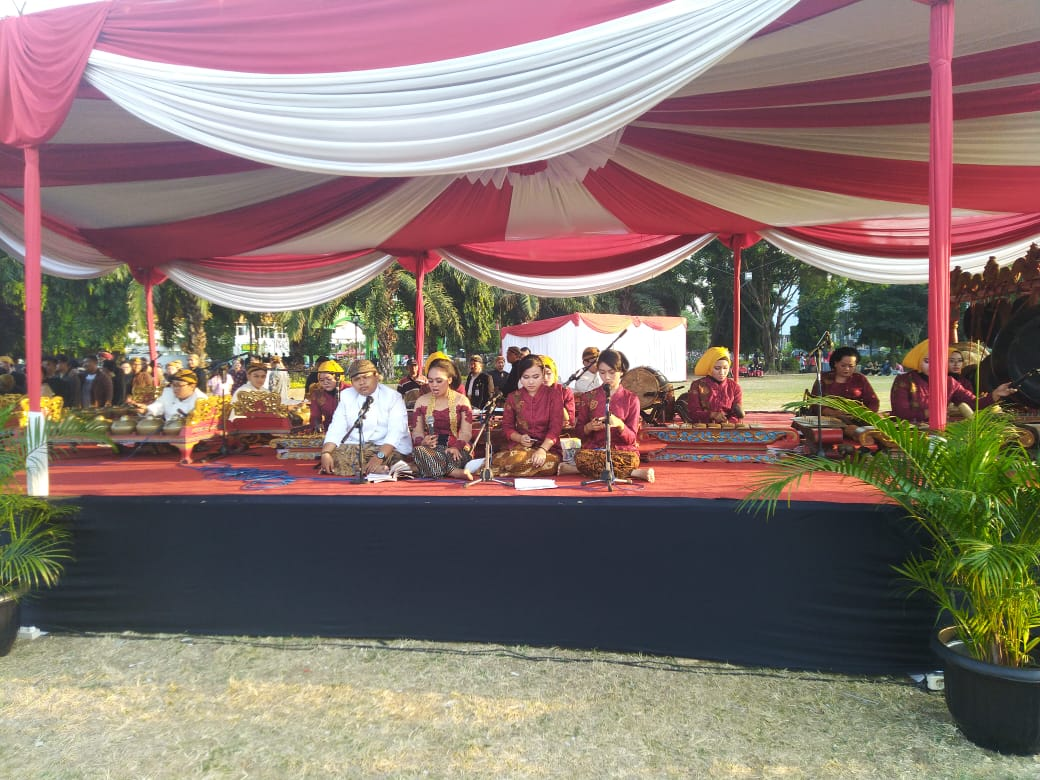 Karawitan SMA N 1 mengisi acara HUT Jawa Tengah 69